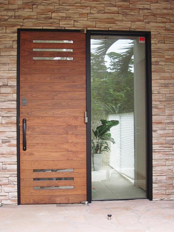 N邸玄関ドア・スチール枠建具
