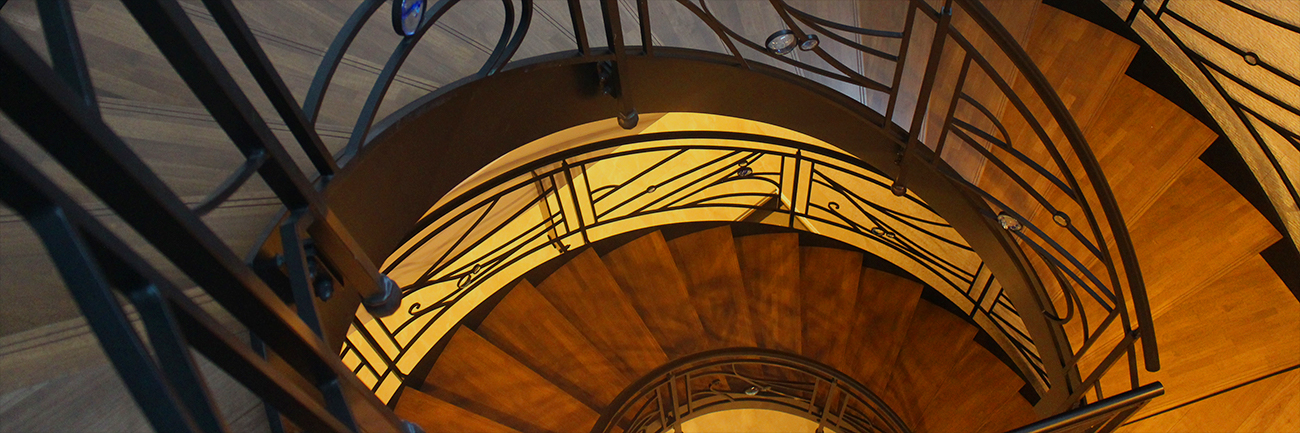 見た目も美しいロートアイアンの階段・手すり